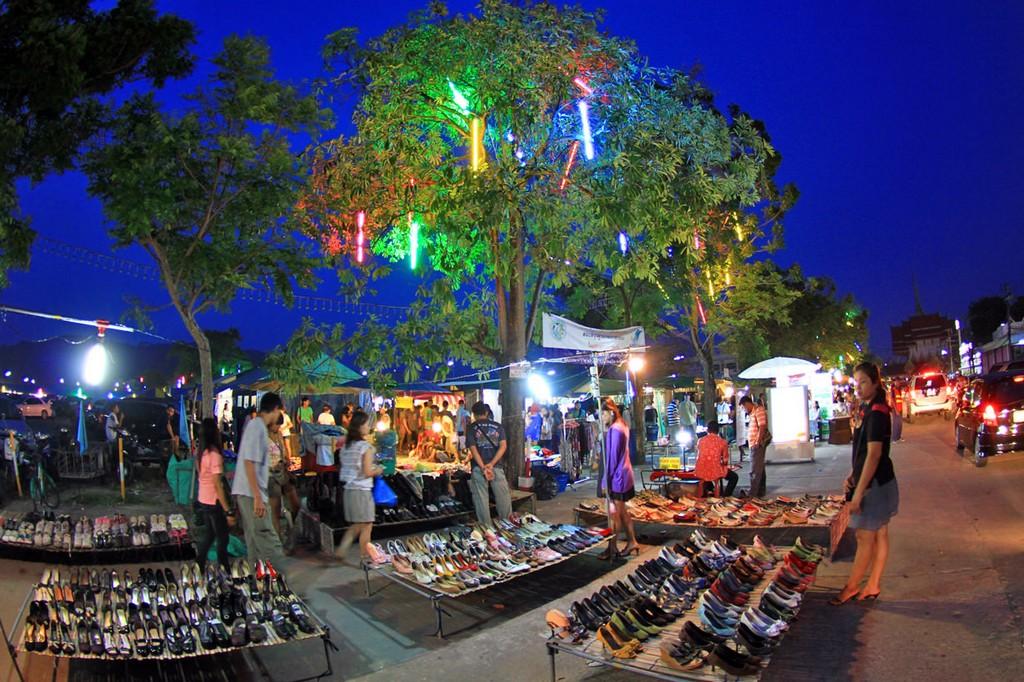 Enjoy-shopping-at-Phukets-most-famous-night-market4