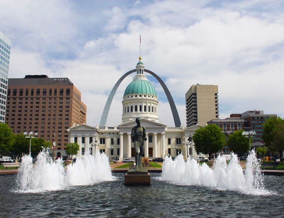 Runner Fountain and Old Courthouse and Arch