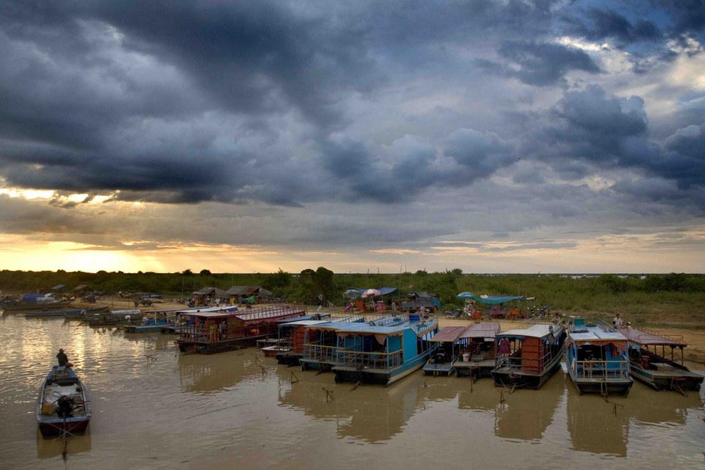 Mechrey floating village-siem reap-combodia1