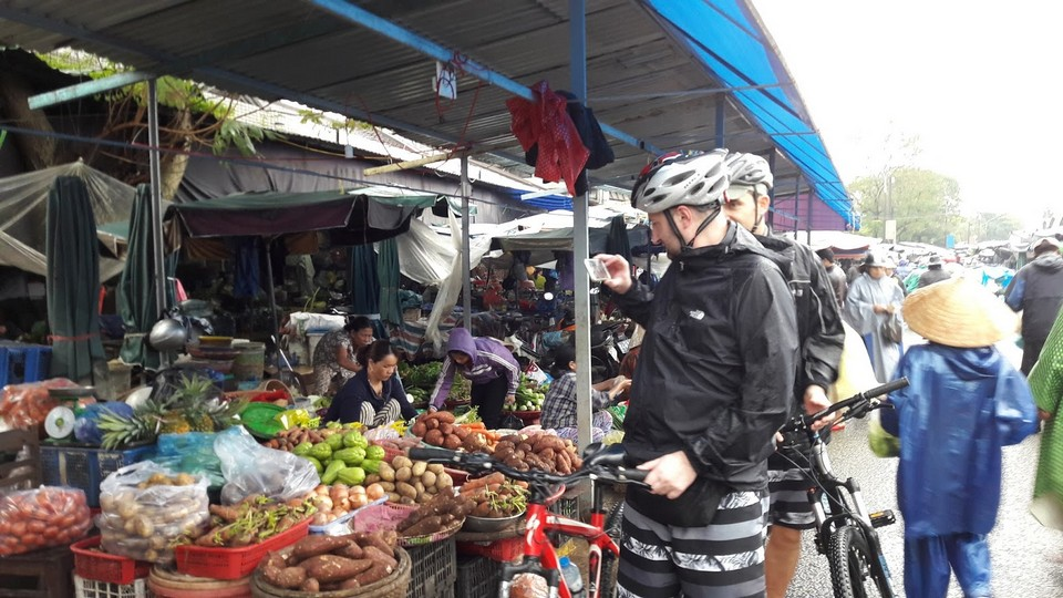 Market in Bao Vinh Old Quarter