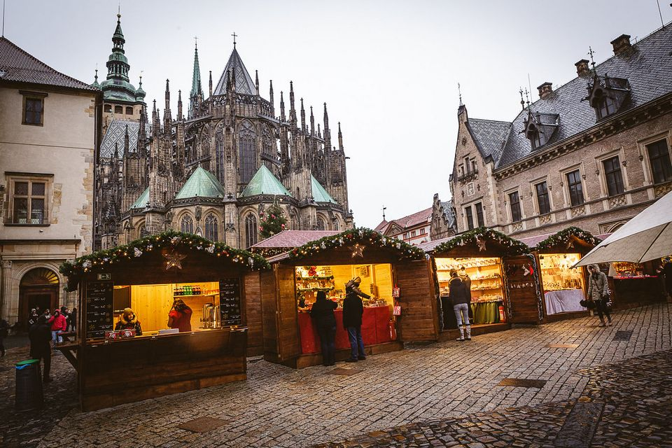 prague christmas market castle6-resize_christmas-in-prague