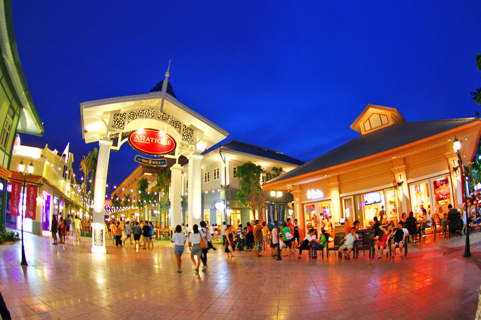 Asiatique The Riverfront night market in bangkok