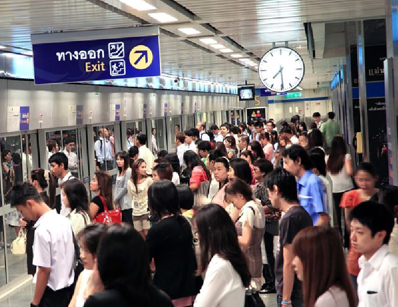 Crowded MRT platform during the rush hours.
