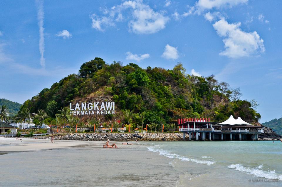 Pantai-Cenang-Langkawi-tours-Malaysia Photo by: langkawi travel bog.
