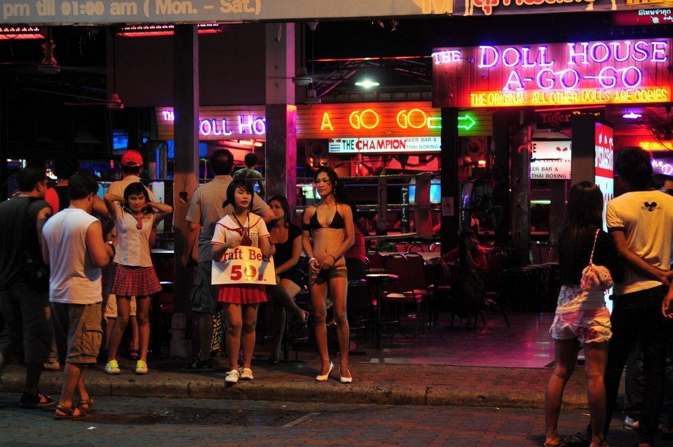 Walking Street-nightlife-pattaya-thailand1 Image by: what to do in pattaya at night blog.
