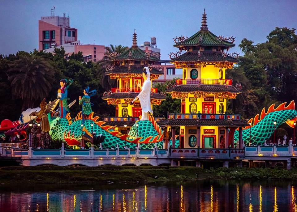 Spring-and-Autumn-Pavilions-Kaohsiung-Lotus-Pond