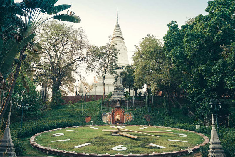 Wat Phnom-phnom penh1 Image by: phnom penh travel blog.