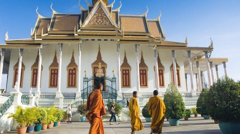 Wat Preah Morakat-phnom penh1 Image by: phnom penh travel blog.
