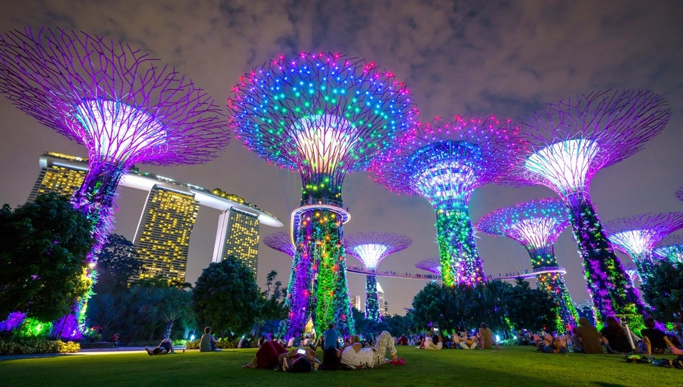 Singapores_Gardens_by_the_Bay_attraction_at_night