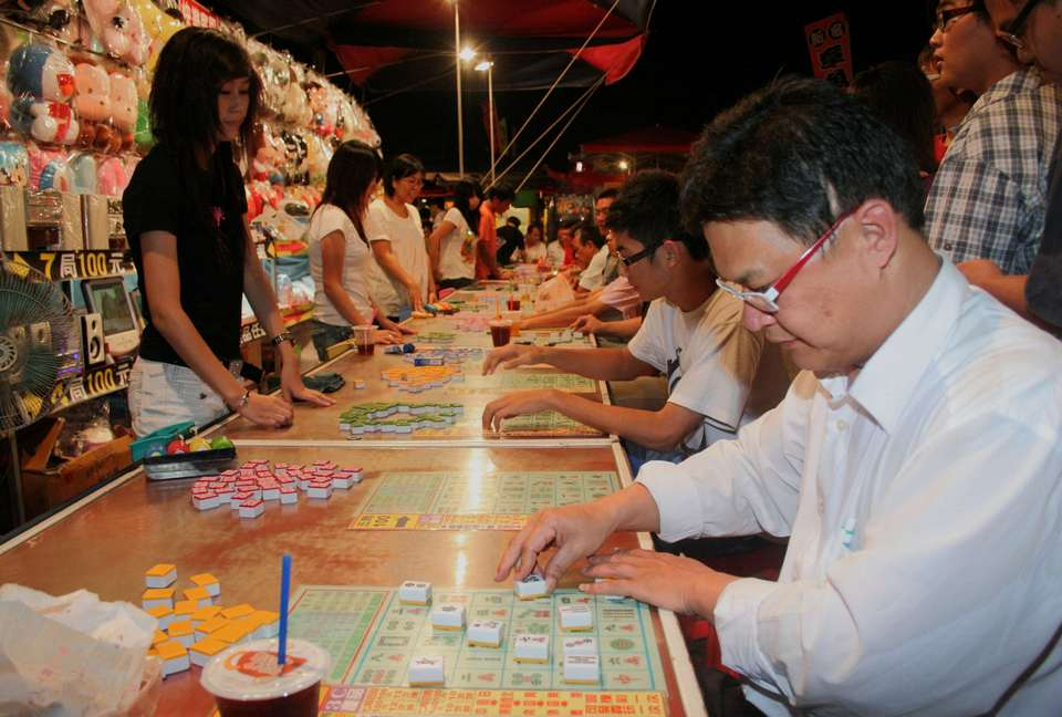 Mahjong Bingo is the most popular game in the entertainment area of Flowers Night Market