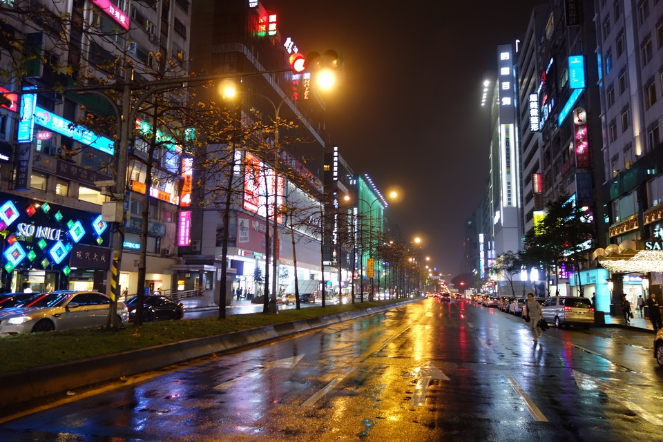 Zhongxiao_Dunhua at night