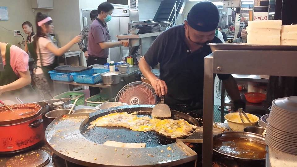 'The guy is cooking the oyster omelet tourists ordered taiwan must eat taiwan food blog must eat food in taiwan