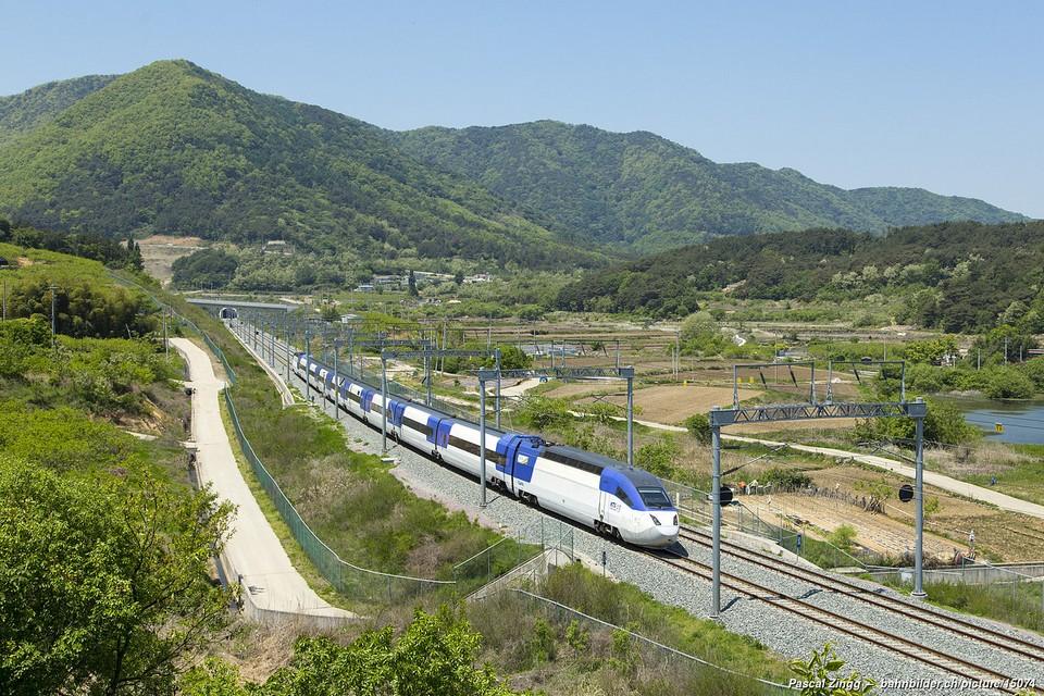 KTX-II of Korail (Korea Railroad Corporation) between Changwon-Jungang and Changwon, South Korea