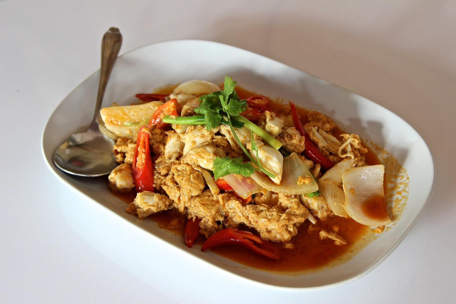 Poo phad phong karee (yellow crab curry).