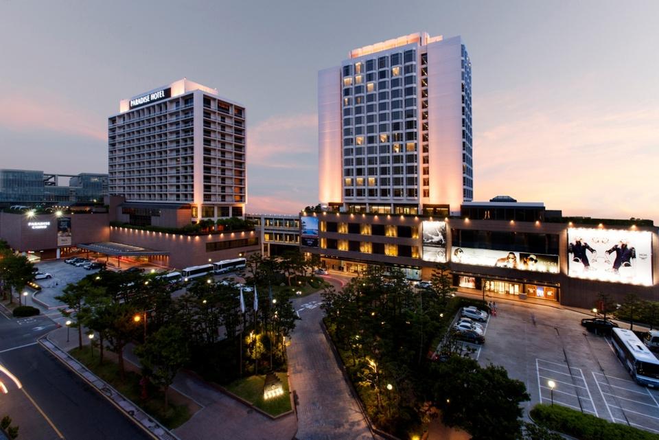 An evening shot of the Paradise Hotel Busan.