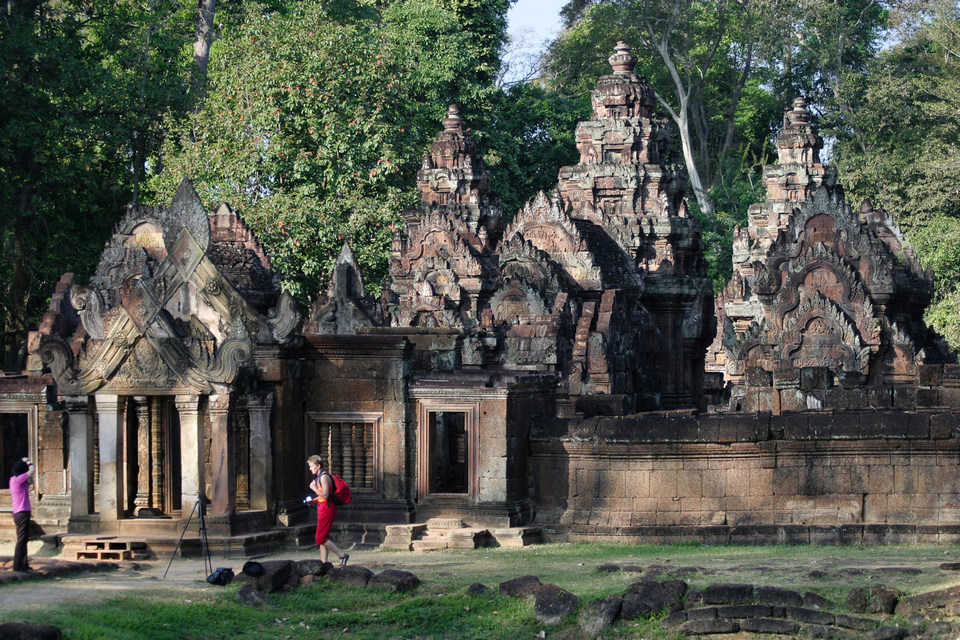 Another_view_of_the_main_temple_at_Banteay_Srei,_its_small_compared_to_other_temples_(4187676057)