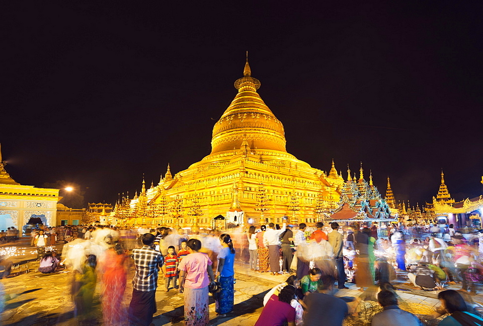 Festival of Light, Shwezigon Paya, Bagan (Pagan), Myanmar (Burma)