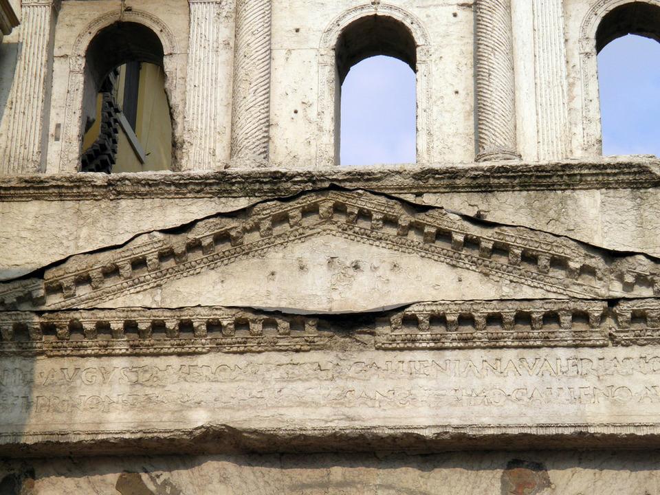 Porta Iovia (Porta Borsari) 2