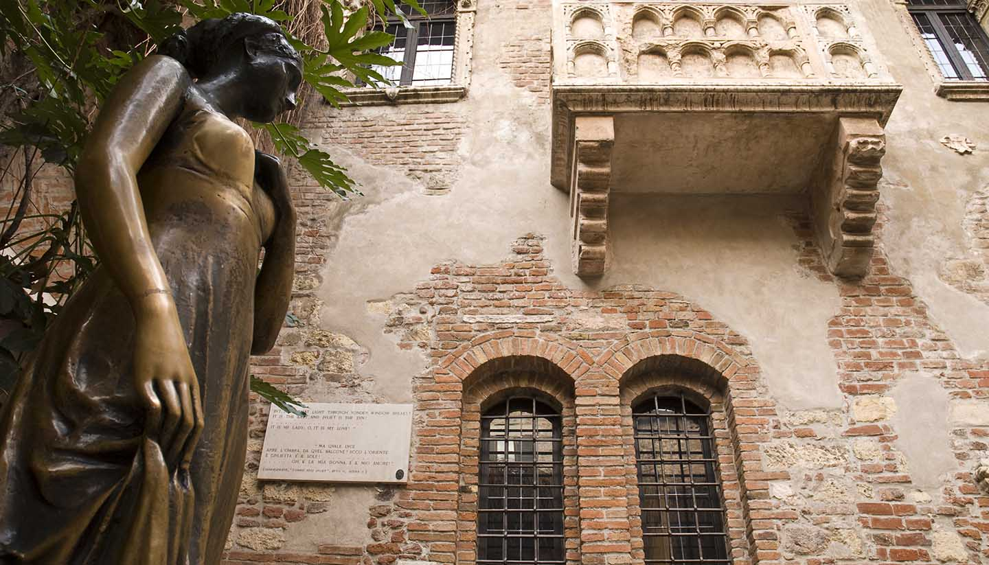 Juliet Capulet's balcony in Verona, Italy and statue