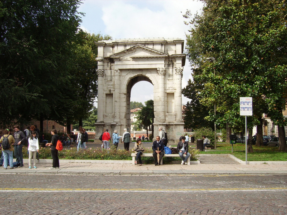 The Arco dei Gavi has only one arch