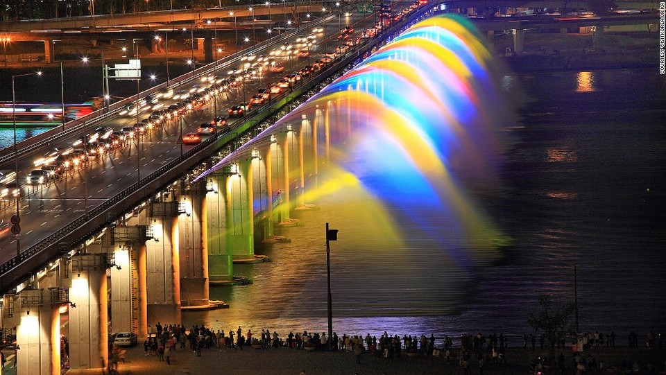 Fountains at Banpo bridge.
