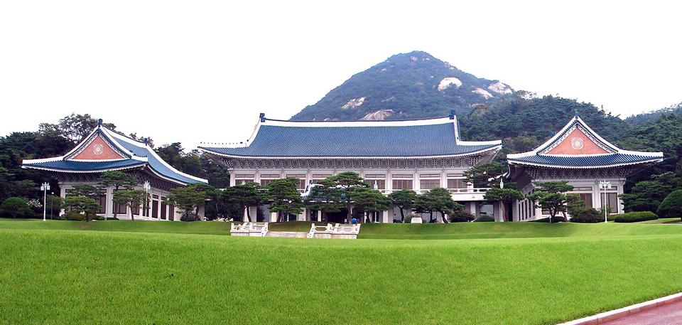 Korea-Seoul-Blue_House_(Cheongwadae)_Reception_Center_0688&9-07_cropped