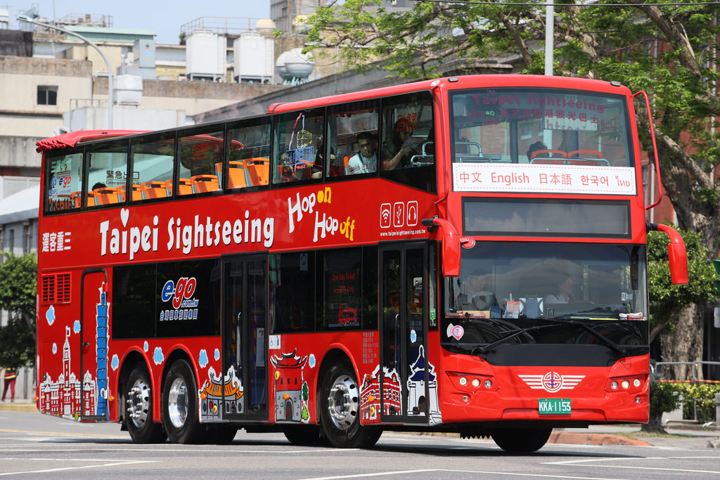 Take the 2-floor Sightseeing Bus to getting around the city