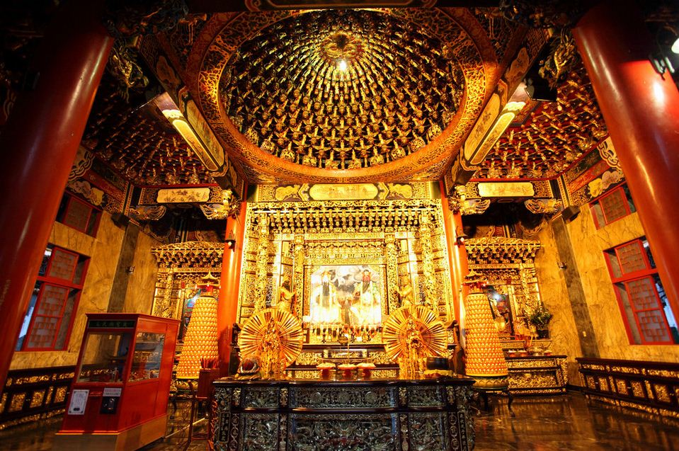 inside sun moon lake wen wu temple1