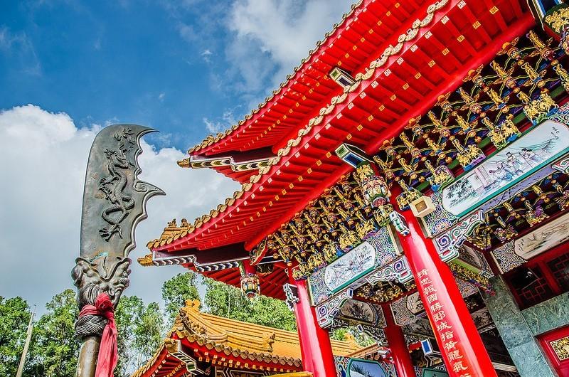 inside sun moon lake wen wu temple1