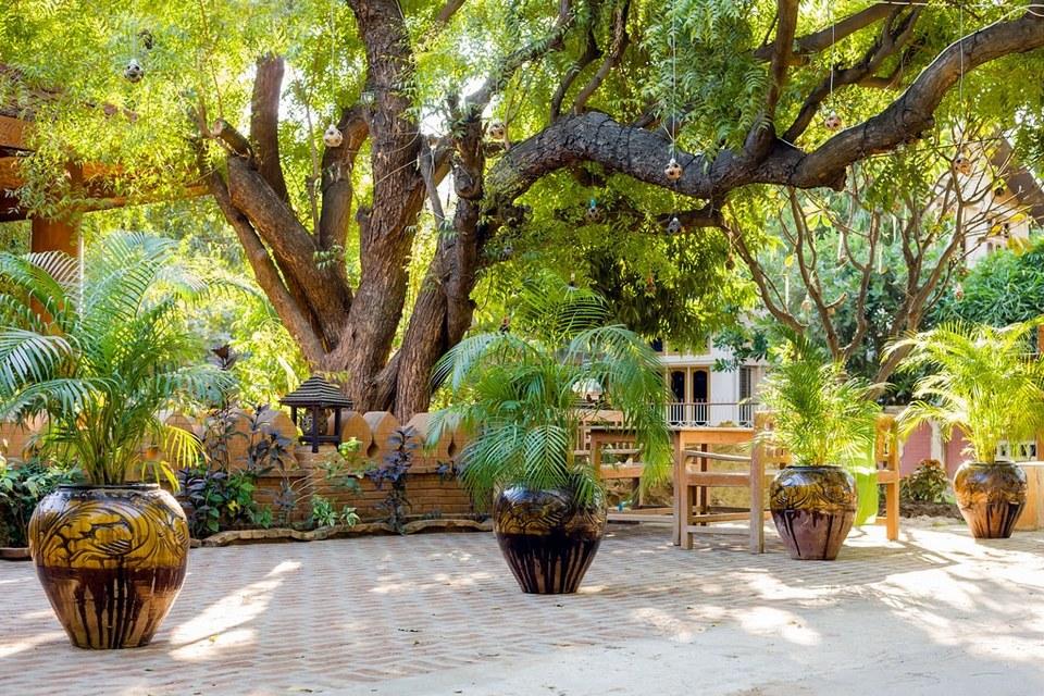 7-sisters-restaurant-garden-area-bagan