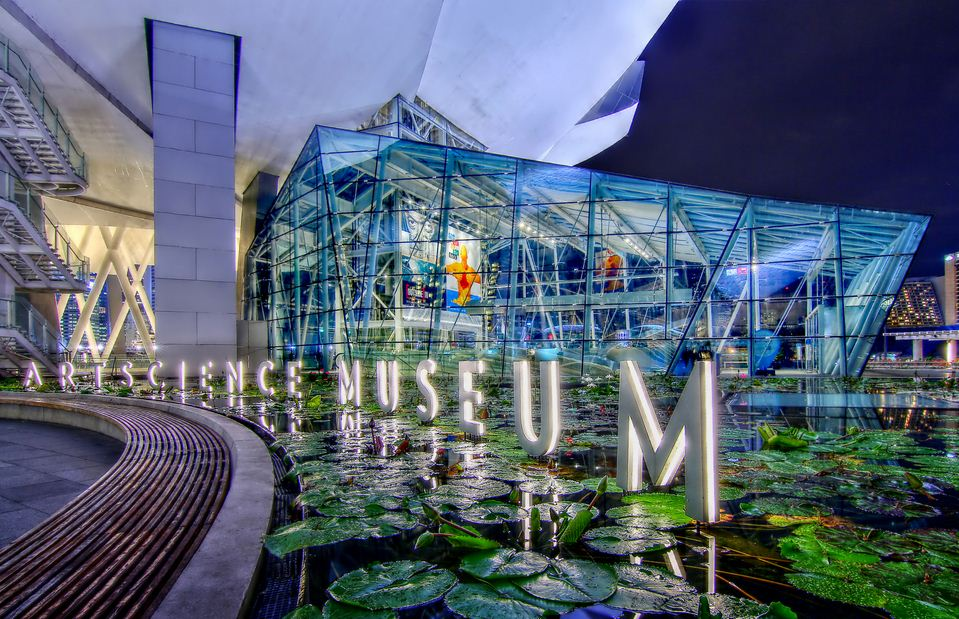 ArtScience_Museum,_Marina_Bay_Sands,_at_night._-_Singapore._(8416803612)