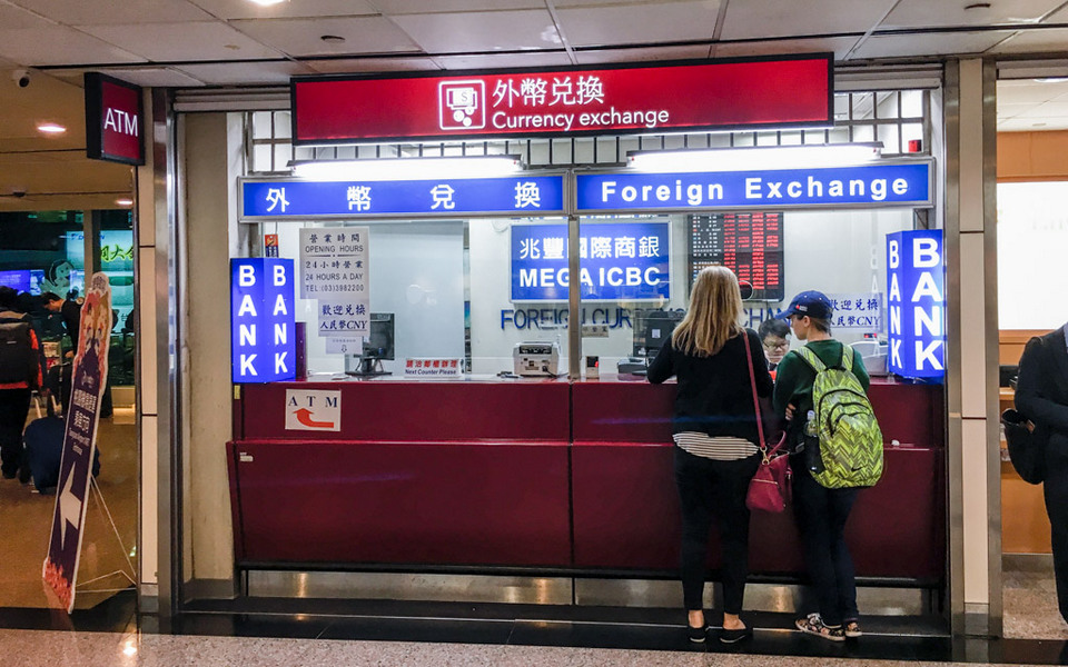 terminal_2_foreign_currency_exchange_tpe_airport_taipei_taiwan