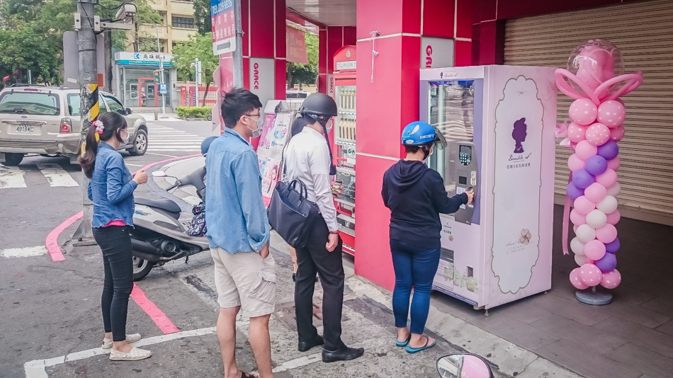 PEOPLE LINE UP FOR 3 HOURS TO USE THIS DELICIOUS VENDING MACHINE IN TAIWAN.