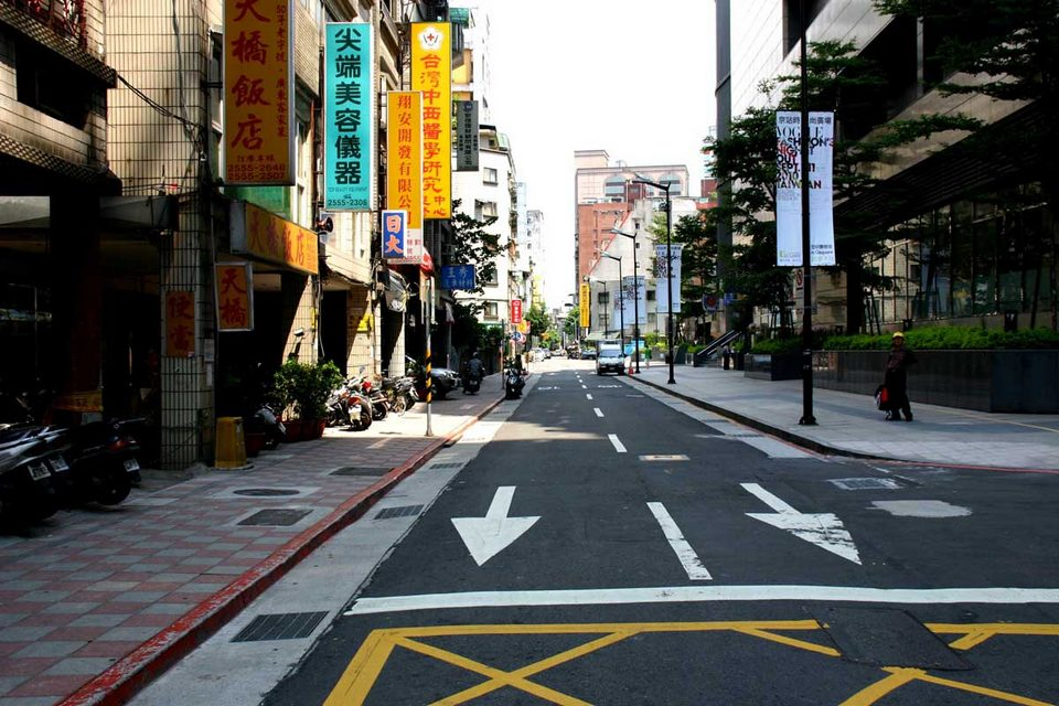 clean street in taipei