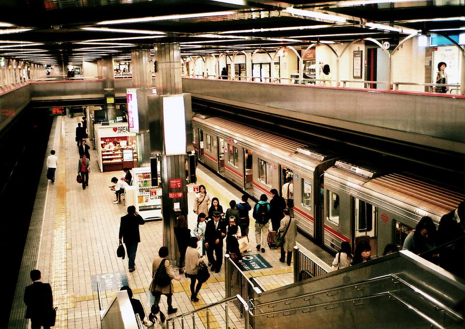 Osaka subway station, Midosuji Line © mujitra