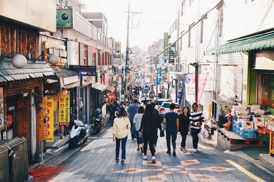 Itaewon area, Itaewon street Photo: seoul itinerary 5 days blog.