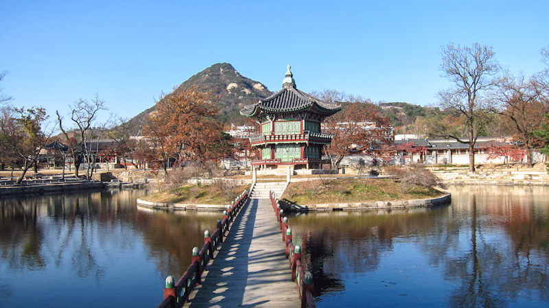 hyangwonjeong_pavilion_at_gyeongbokgung_palace