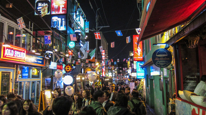 walking_down_an_alley_in_itaewon_at_night