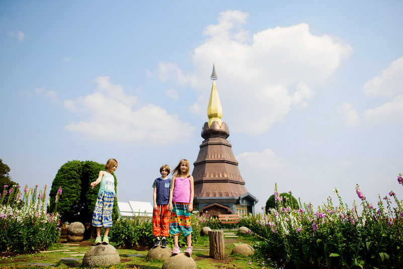 09-29-kids-outside-doi-inthanon-temple-chiang-mai-thailand