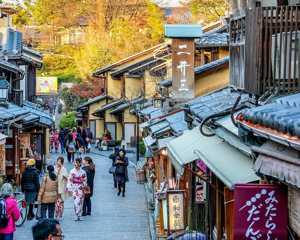 Sannen-zaka pedestrian street and tourist magnet