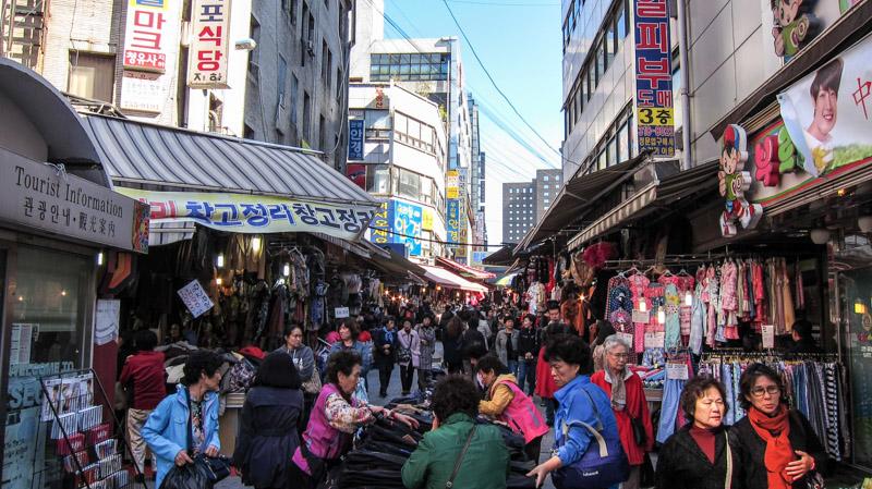 shoppers_hunting_for_bargains_at_namdaemun_market_in_seoul
