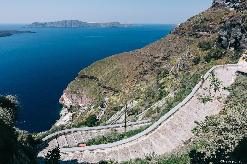 way to Fira-Old-Port