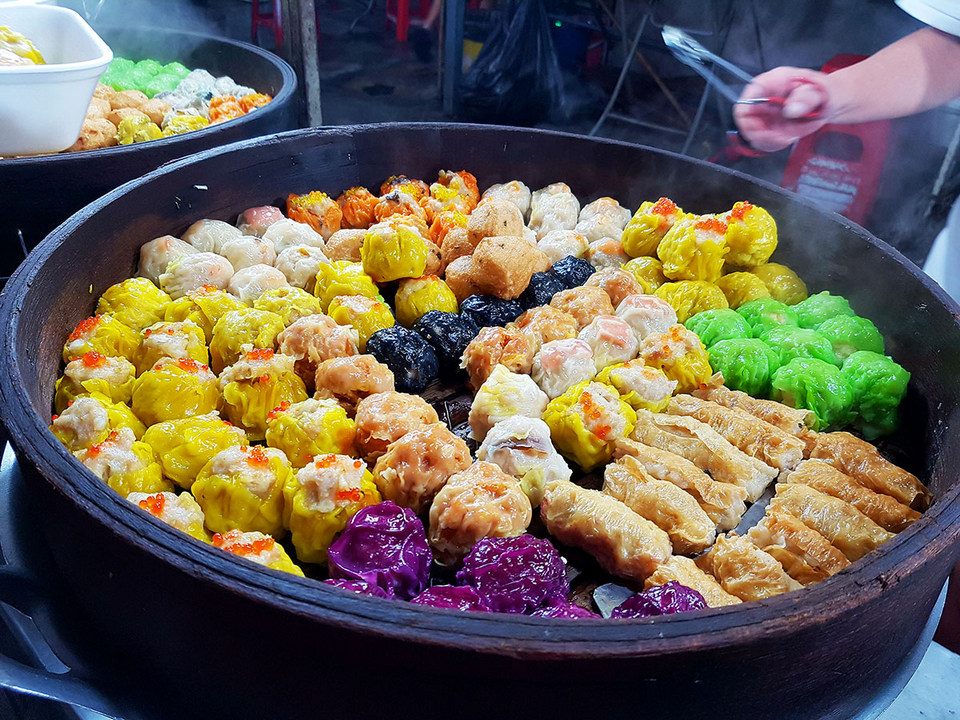 Experience-Kuala-Lumpur_food-and-drink_Jalan-Alor_food-street_dim-sum_oyster-omelet_durian