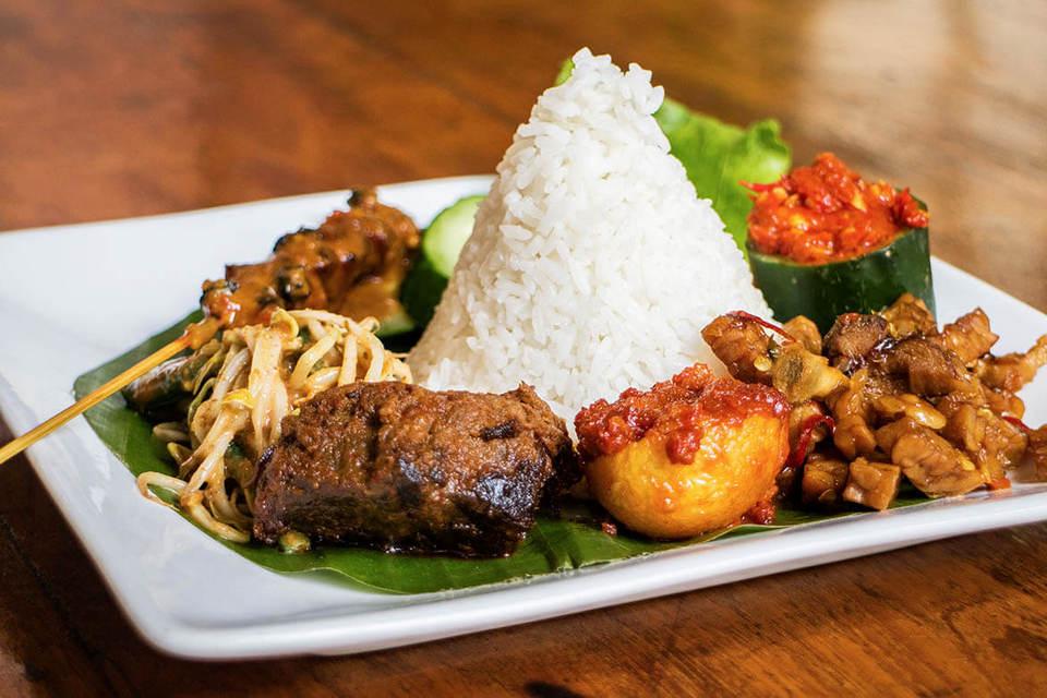 Taste-various-legendary-foods-with-us-on-Jakarta-food-tour.-1