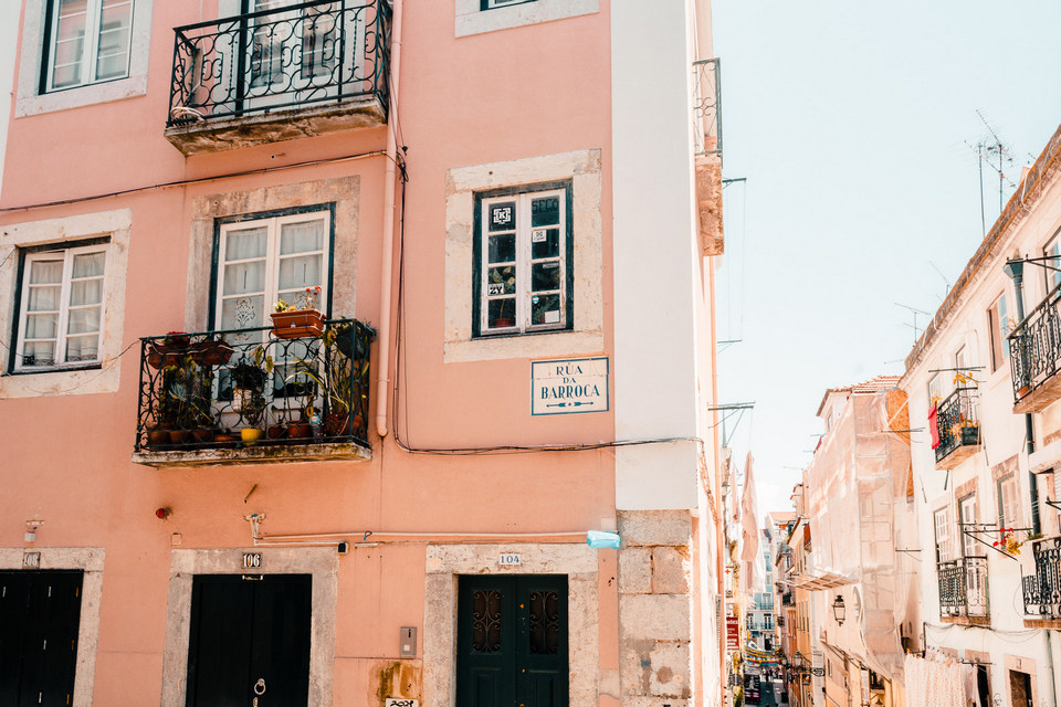 Houses with pastel tones signature of Lisbon.