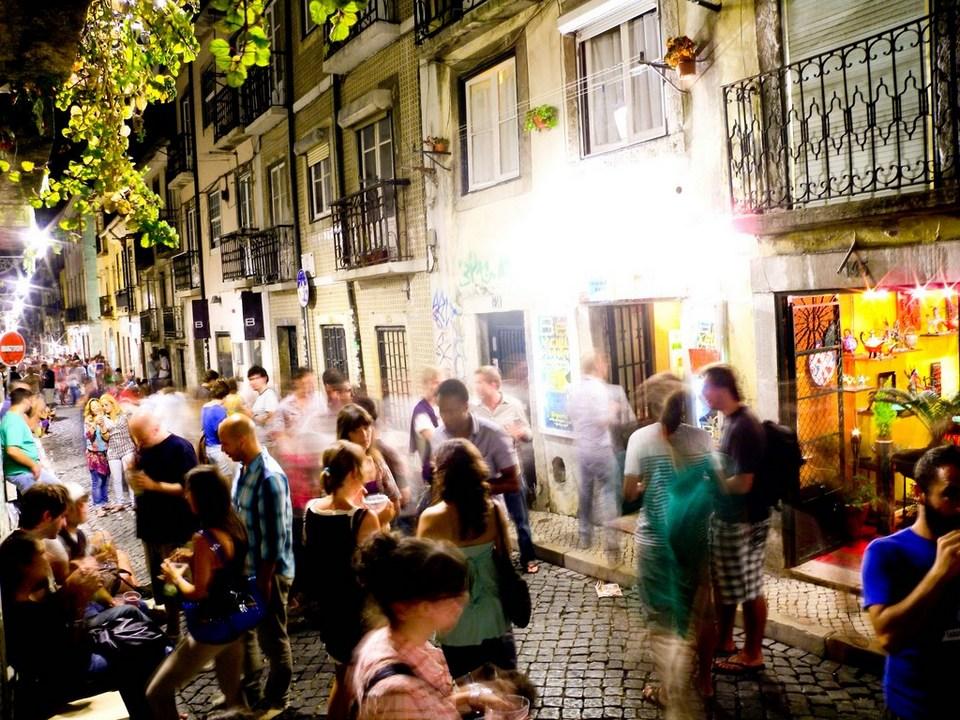 Rue-du-Bairro-Alto-le-soir-Lisbonne