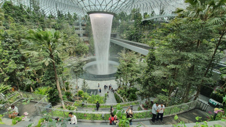 waterfall jewel-changi-airport-pix,what to do in jewel changi,jewel changi airport review,things to do in jewel changi