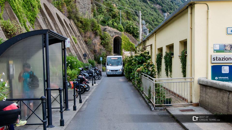 cinque-terre-corniglia-bus-between-village-and-station_bg