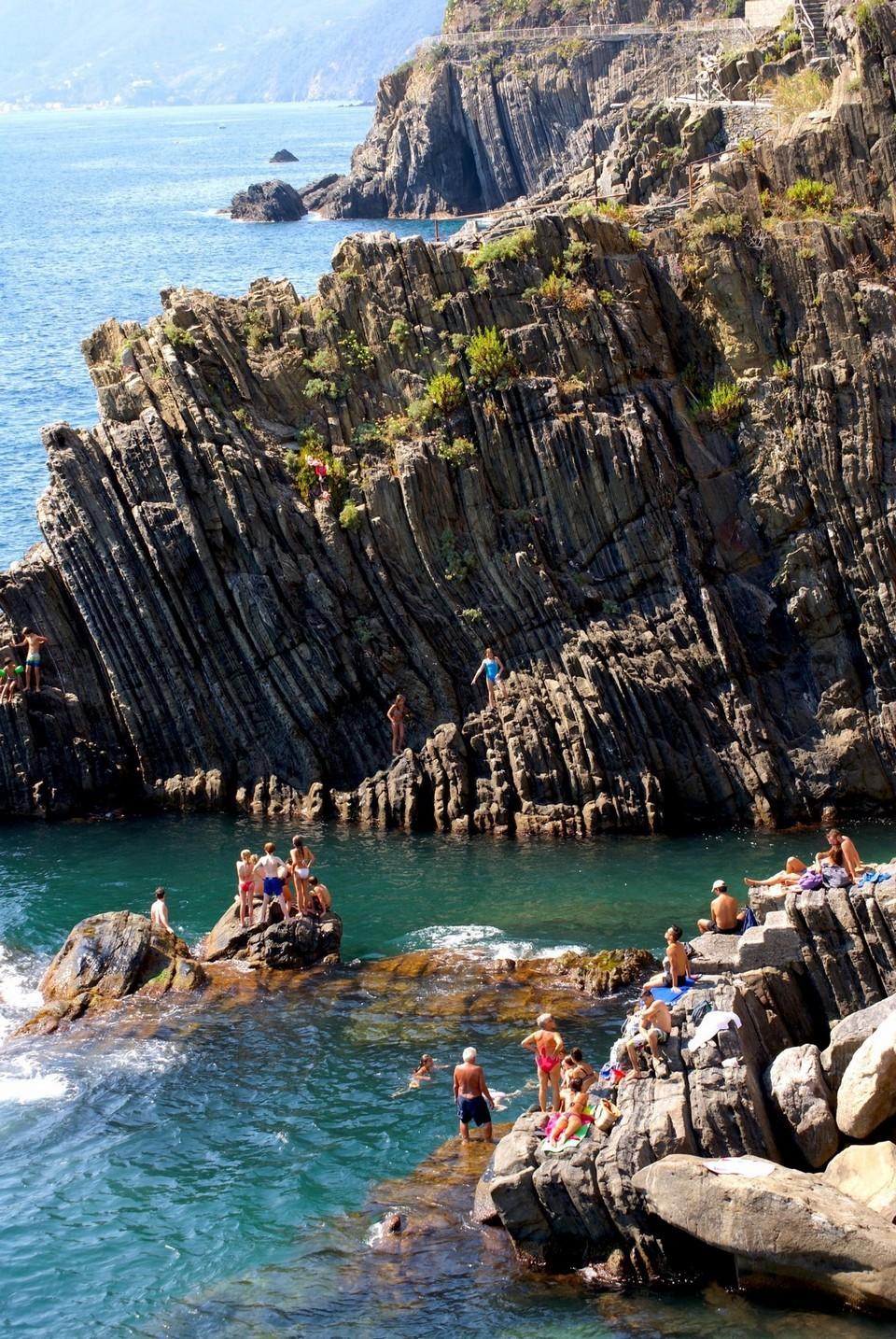 Riomaggiore rock beach11