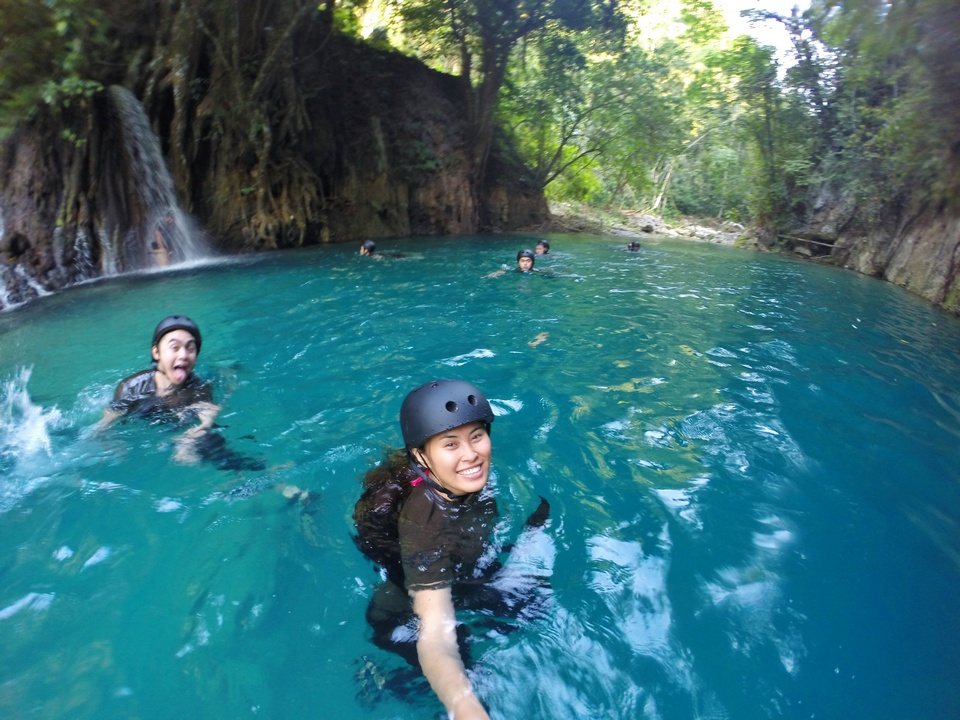 swimming Kawasan Falls,cebu guide,cebu blog,cebu island travel guide,cebu travel blog,cebu travel guide,cebu trip blog (2)